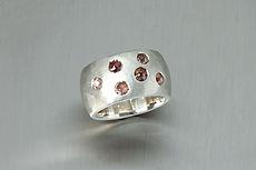 zwei-machen-schmuck-ring-breit-bold-silber-struktur-diamant-rosen-hammerschlag-design-goldschmiede-anfertigung-essen-ruettenscheid
