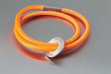 zwei-machen-schmuck-armband-leder-silber-platte-kreis-kugeldraht-magnet-schloss-design-goldschmiede-essen