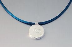 zwei-machen-schmuck-kette-anhaenger-medaillon-mongramm-silber-design-goldschmiede-anfertigung-essen-ruettenscheid