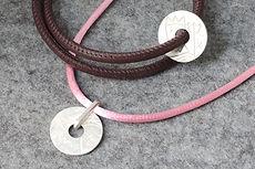 zwei-machen-schmuck-armband-leder-sternzeichen-wassermann-steinbock-gravur-silber-doro-ostgathe-design-goldschmiede-essen
