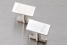 zwei-machen-schmuck-manschettenknoepfe-rechteckig-gravur-initialen-silber-design-goldschmiede-anfertigung-essen