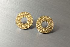 zwei-machen-schmuck-ohr-stecker-haenger-gepraegt-struktur-kreise-ringe-silber-gelbgold-design-trauringe-goldschmiede-anfertigung-essen-ruettenscheid