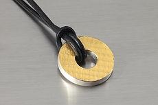zwei-machen-schmuck- anhaenger-gold-silber-kreis-rund-struktur-lederband-design-goldschmiede-anfertigung-essen-ruettenscheid