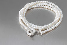 zwei-machen-schmuck-armband-perlen-zweireihig-silber-gewickelt-design-goldschmiede-essen