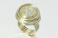 zwei-machen-schmuck-ring-gold-diamanten-diamondsschmuckmagazin-schmuckaward-2019-nominee-essen-goldschmiede-oekogold