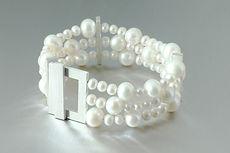 zwei-machen-schmuck-armband-perlen-dreireihig-silber-design-goldschmiede-essen