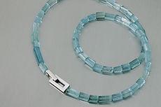 zwei-machen-schmuck-kette-aquamarin-weissgold-blau-hellblau-design-goldschmiede-anfertigung-essen-ruettenscheid