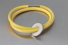 zwei-machen-schmuck-armband-leder-silber-platte-kreis-strucktur-magnet-schloss-design-goldschmiede-essen