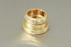 zwei-machen-schmuck-trauringe-verlobungsring-gehaemmert-hammerschlag-struktur-diamant-rosen-gelbgold-goldschmiede-anfertigung-essen