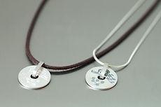 zwei-machen-schmuck-armband-leder-hund-engel-gravur-silber-doro-ostgathe-design-goldschmiede-essen