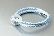 zwei-machen-schmuck-armband-leder-geflochten-silber-platte-kreis-text-buchstaben-magnet-schloss-design-goldschmiede-essen