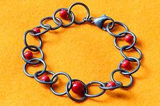 zwei-machen-schmuck-armband-oesen-kreise-kugeln-silber-koralle-rot-design-goldschmiede-essen