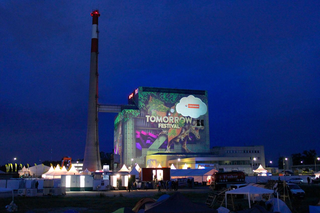 - Tomorrow Festival - Grossbildprojektion - Atomkraftwerk Zwentendorf.   Konzept, Produktion und ProjektionsTechnik -  MODULUX  (Implementierung/Johannes Menneweger bei Lichttapete)  Kunde: Verein Green Planet