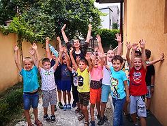 Copii care se bucura la scoala de vara de robotica pentru copii