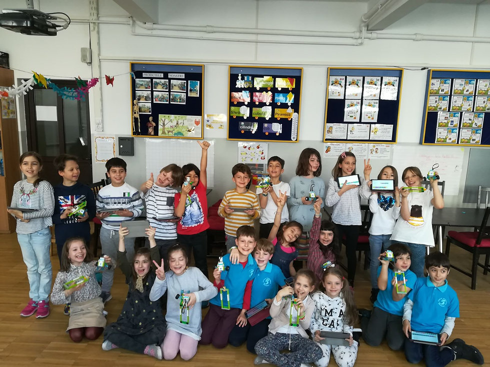 Copii care se bucura la atelierul de robotica organizat la scoala altfel