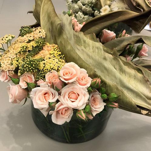 Centro De Mesa De Flores Rosas Con Entrelazado