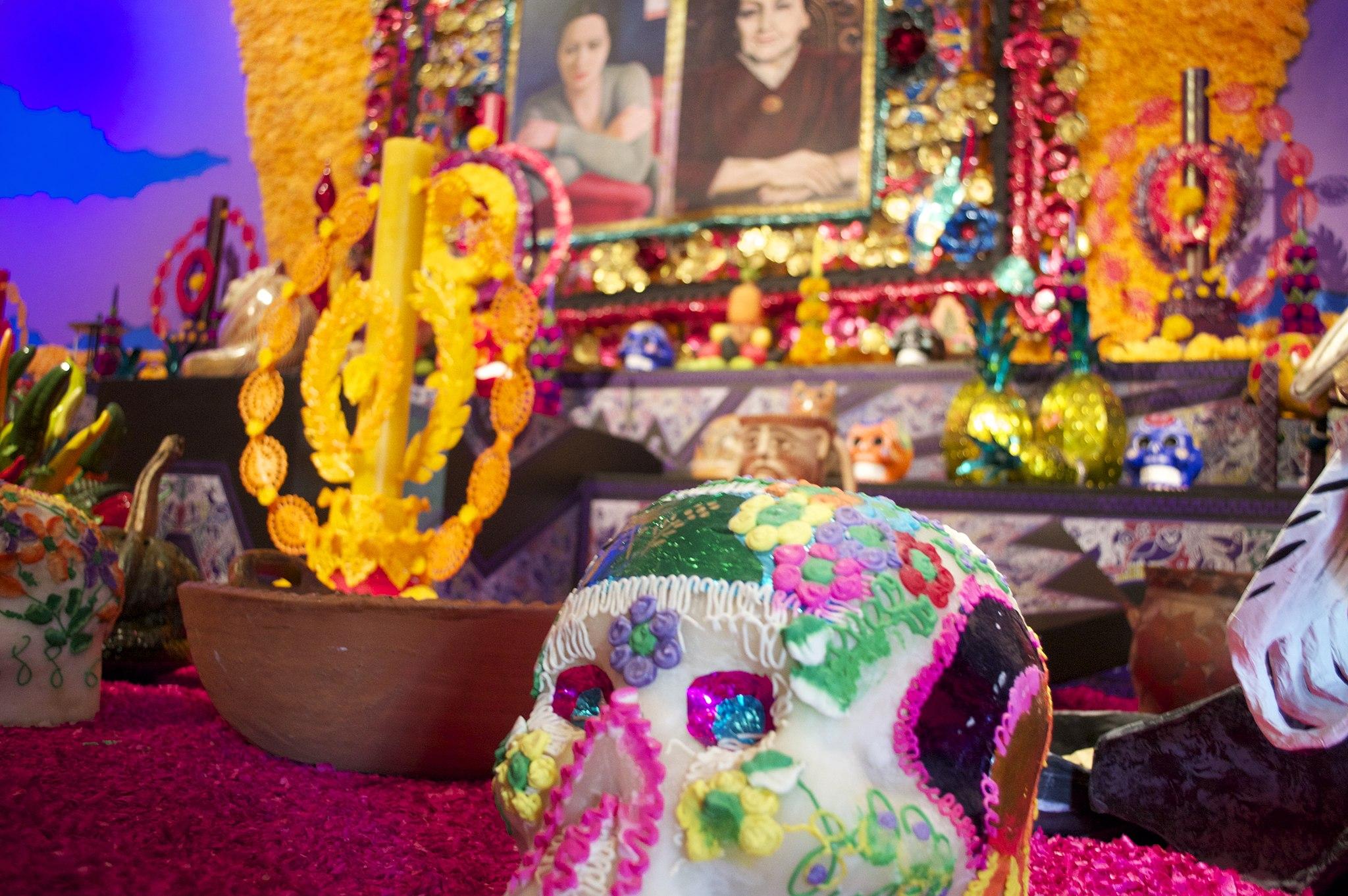Dia_de_muertos_Candy_skull_and_altar