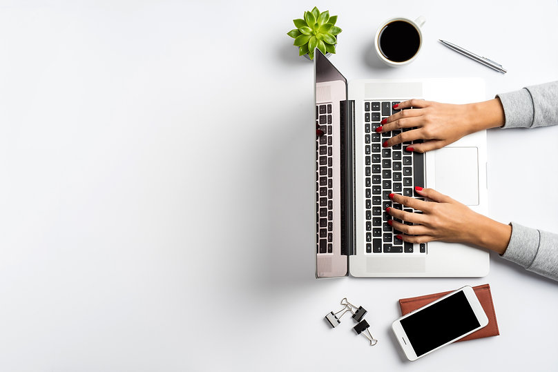 femme avec écran ordinateur.jpg
