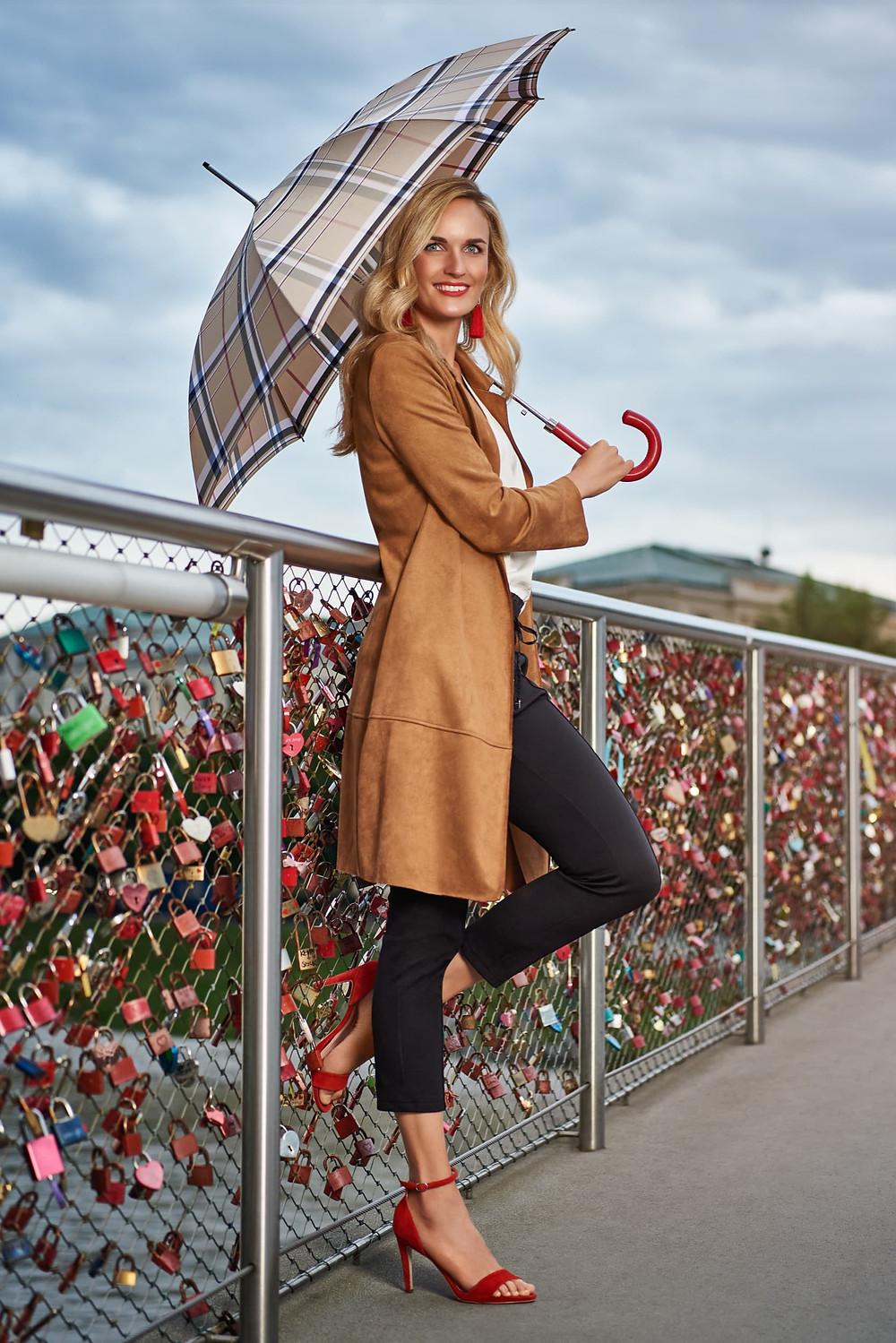 Frau mit einem konfigurierten Regenschirm