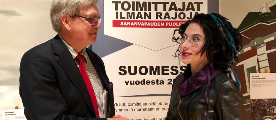 Sofi Oksanen teki 15 000 euron lahjoituksen Toimittajat ilman rajoja ry:lle