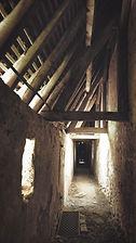 Vue de la coursive à l'intérieur du Château de Veauce