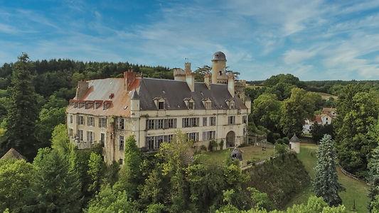 Vue aérienne du Château de Veauce au milieu de sa forêt