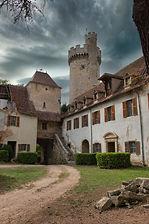Vue du donjon du Château de Veauce depuis l'enceinte