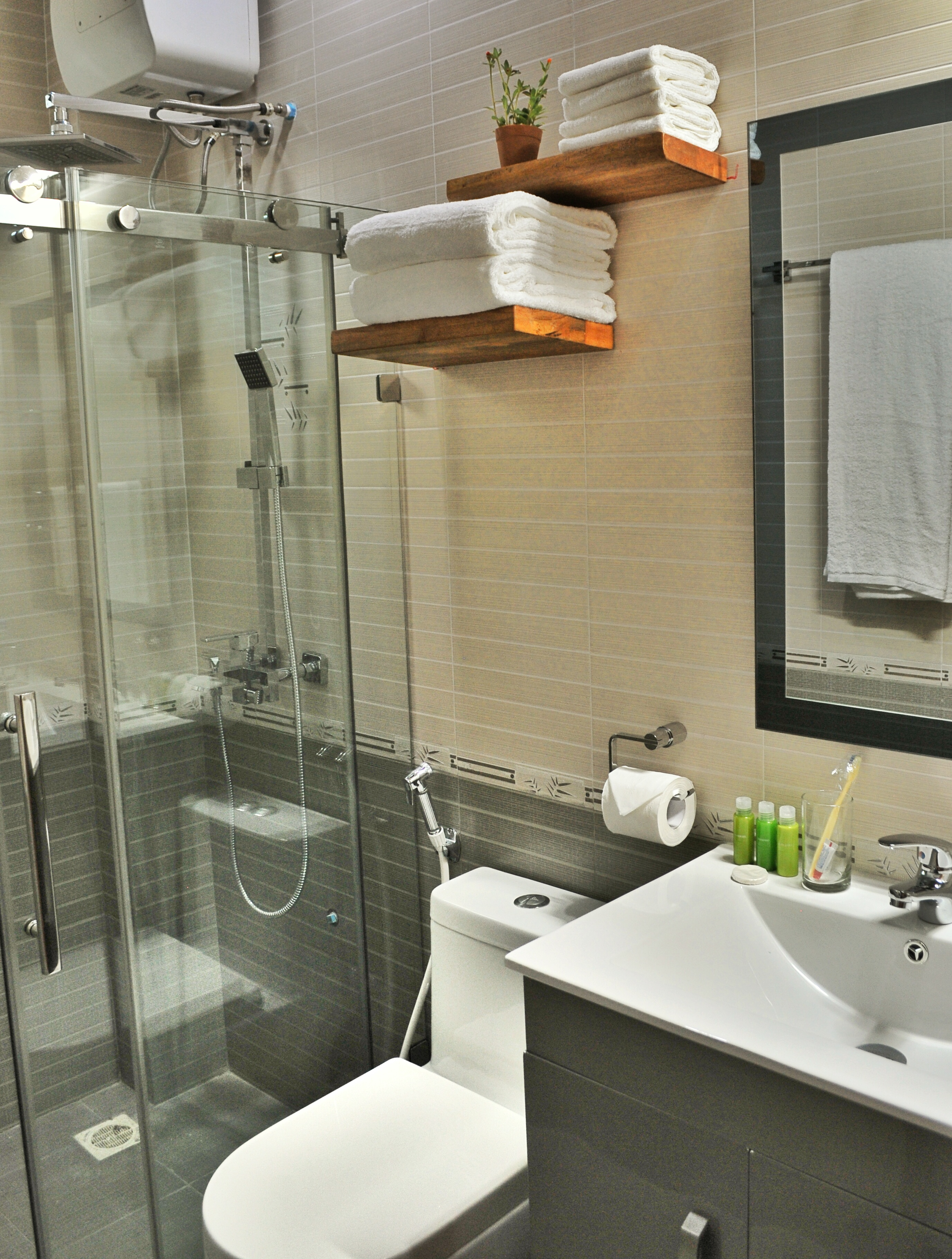 Deluxe Suite & Apartment Bathroom