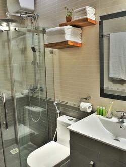 Deluxe Suite & Apartment Bathroom
