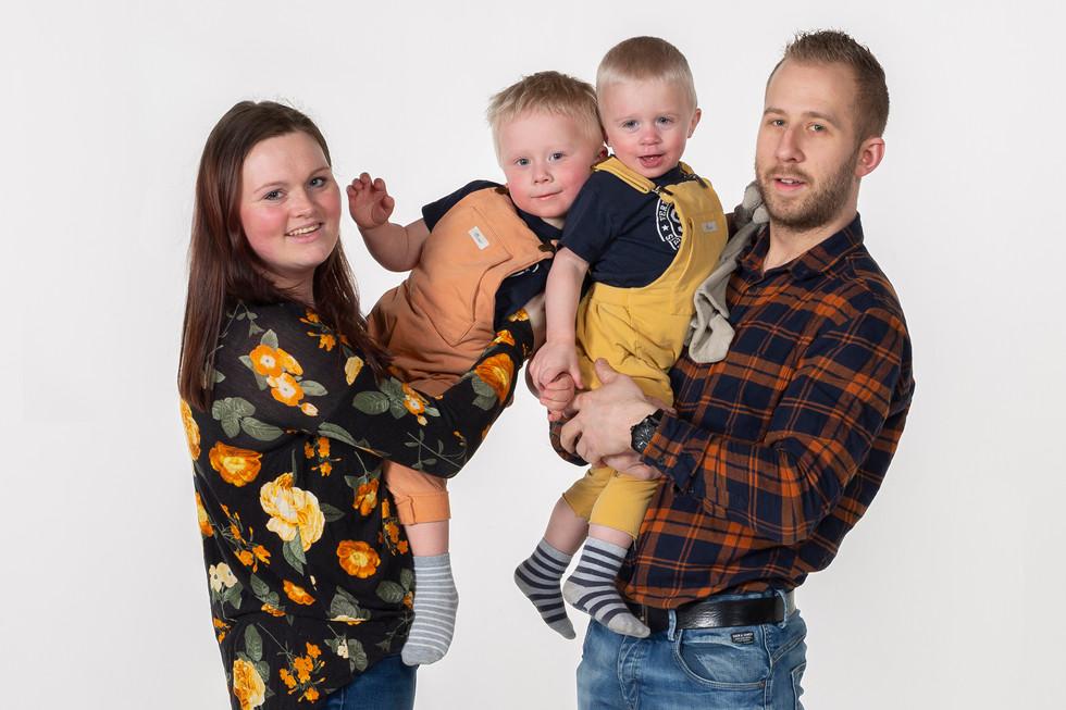 Portrett av familie med barn_2.jpg