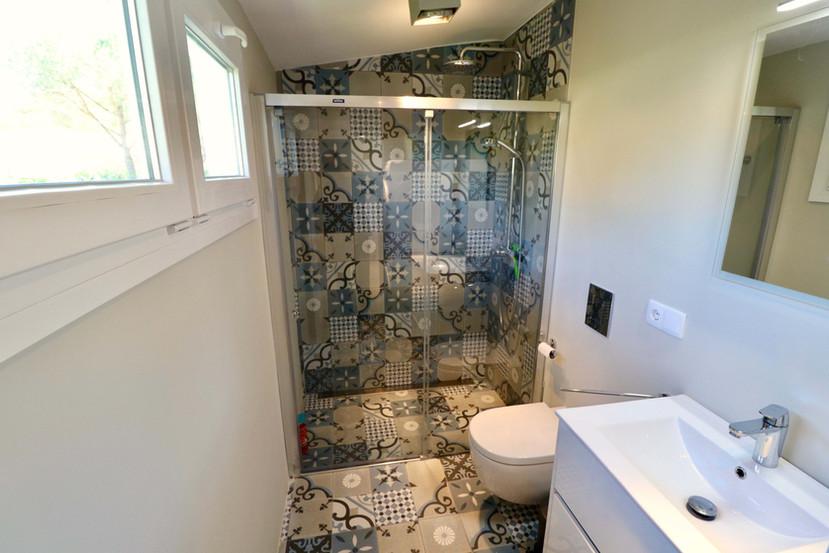 Baño moderno y nuevo
