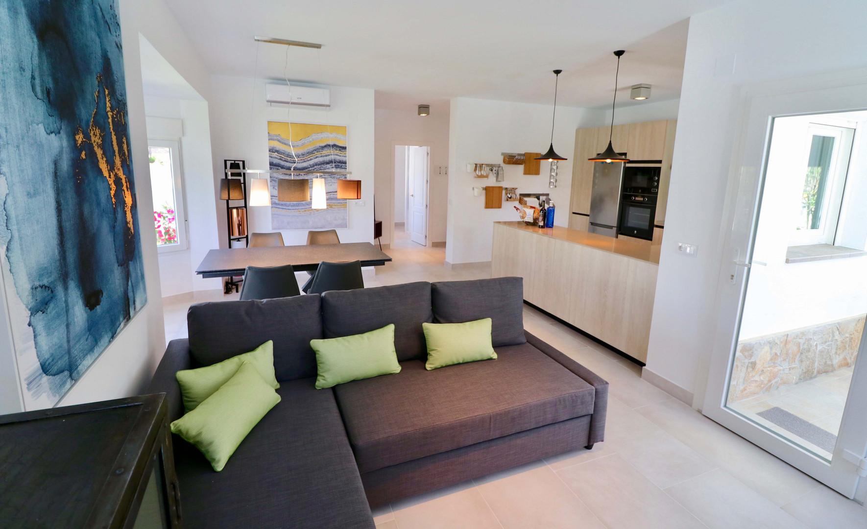 Sofas y acceso al porche