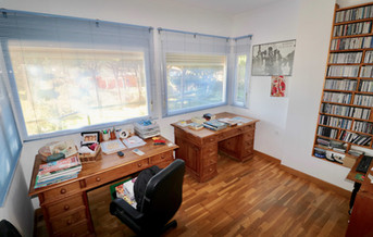 Oficina con escritorios