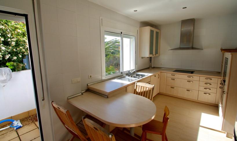 Kitchen with access garden