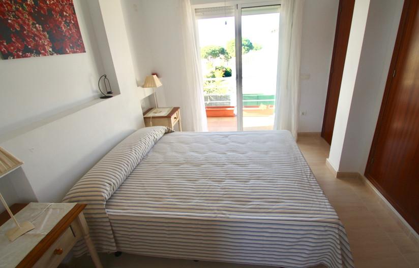 Dormitorio con vistas a la cala