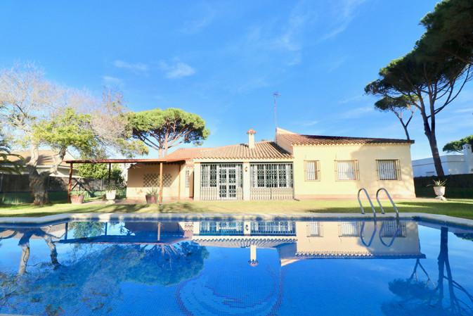 Grosser Pool und Haus
