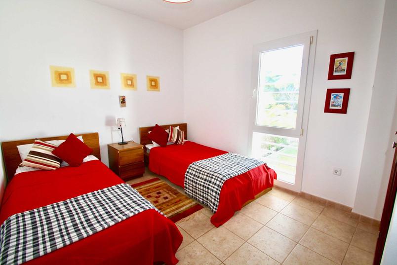 Modernes Schlazimmer mit Betten