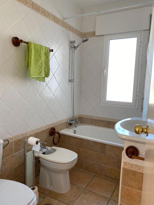 Baño con bidet y bañera
