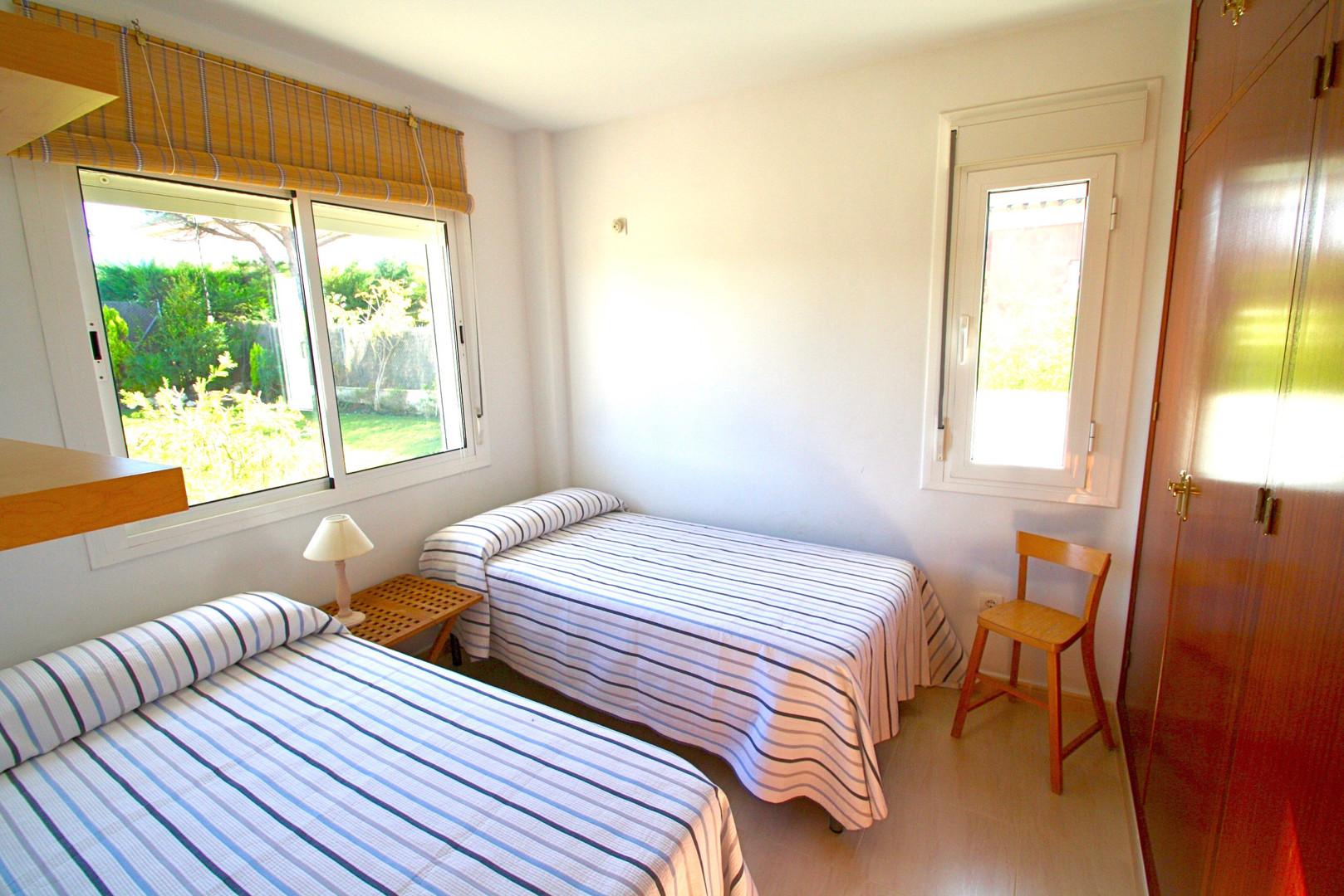Dormitorio con vistas a la piscina