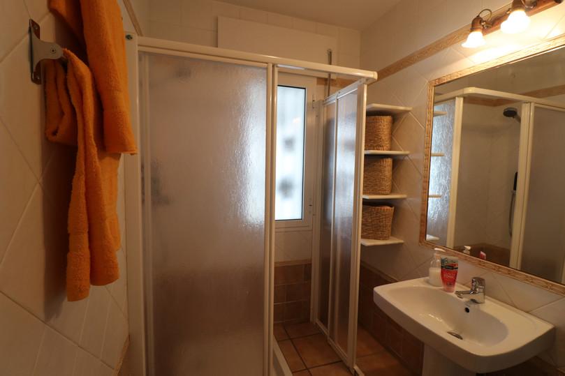 Badezimmer mit Duschwand