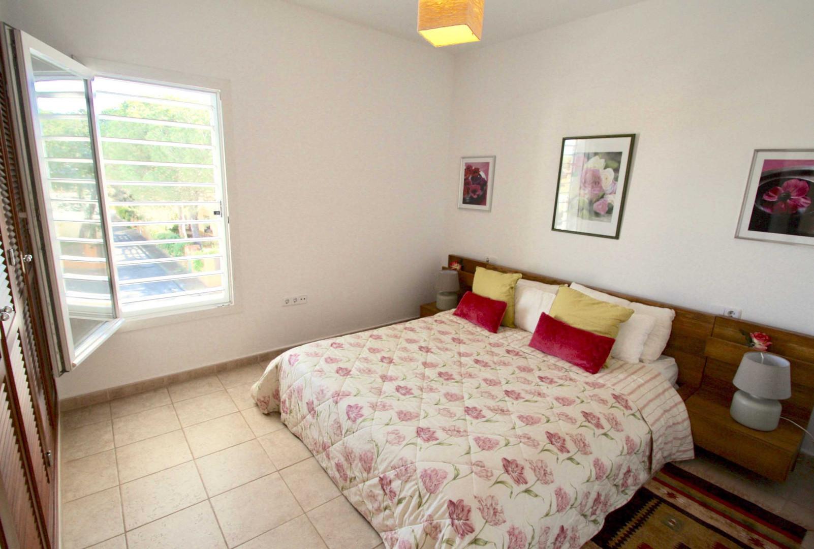 Hauptschlafzimmer mit Ehebett
