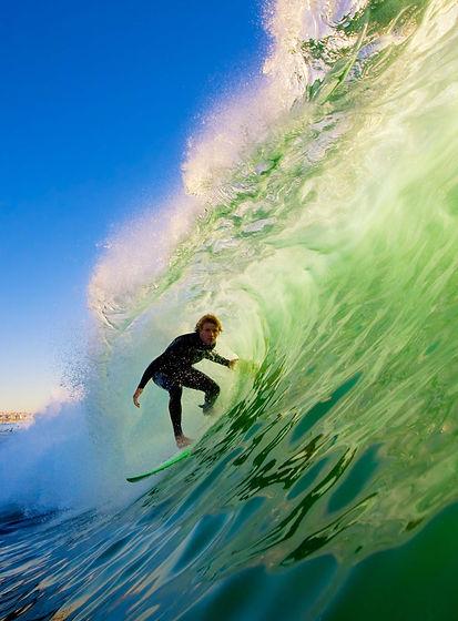 surfer-on-blue-ocean-wave-PMV4JUN.jpg