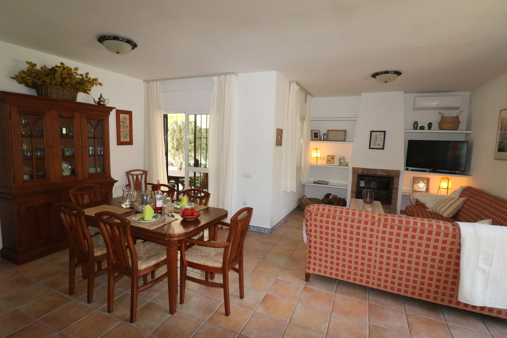 Esszimmer und Wohnzimmer mit Kamin