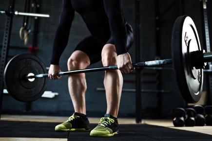 lifting-barbell-in-gym-P32X6VW.jpg