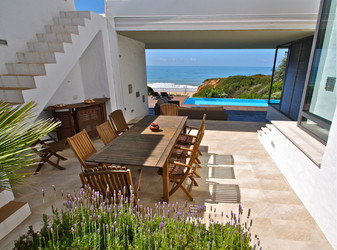 Terrasse und Pool mit Meerblick