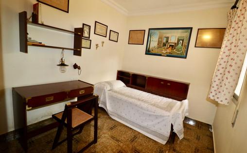Dormitorio con escritorio