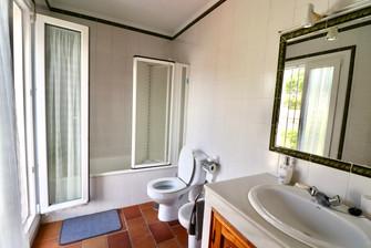 Baño con espejo y bañera