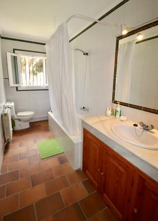 Grosses Badezimmer mit Blick