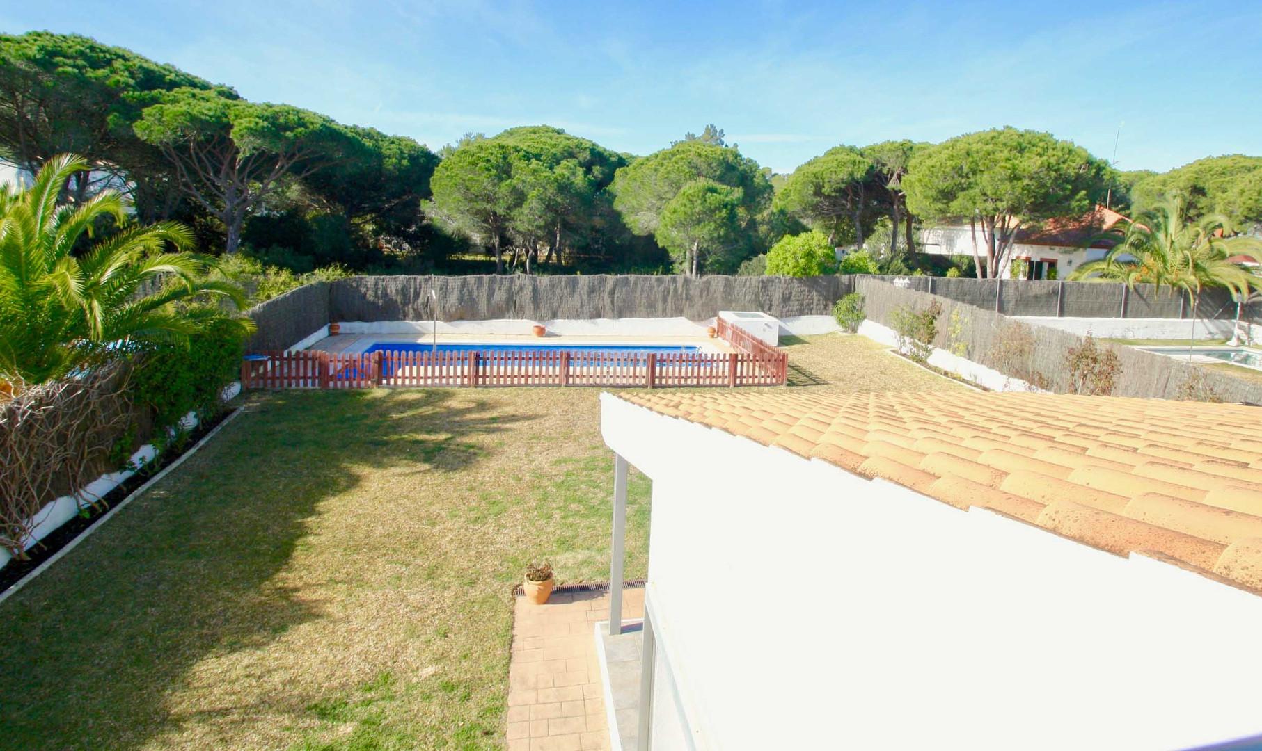 Blick auf den Pool und Garten