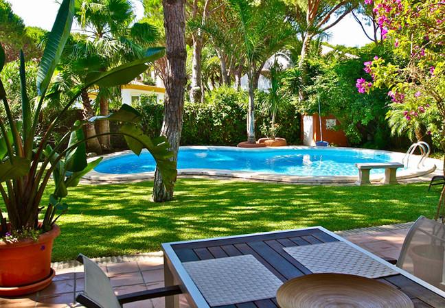 Jardin botanico con piscina